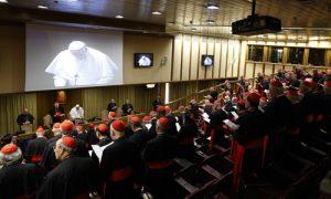 papa Francisco con los cardenales reunidos en el consistorio febrero 2015 para la reforma de la Curia