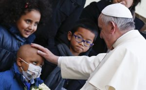 papa Francisco bendice a un niño enfermo