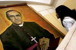 chica joven mira un cuadro de monseñor Óscar Romero
