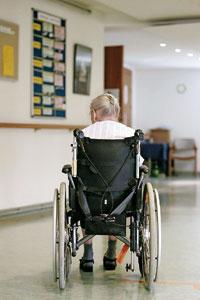 Anciana en silla de ruedas