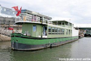 barco albergue Fleuron Saint Jean de la Orden de Malta en el río Sena en París