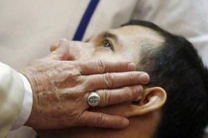 caricia del papa Francisco a un joven enfermo
