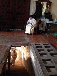 religiosa trinitaria vigilando los trabajos de excavación para encontrar los restos de Cervantes
