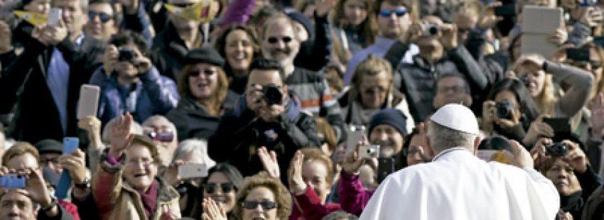 papa Francisco saluda a la gente