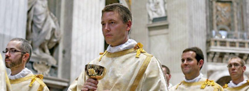 procesión de sacerdotes concelebrantes de una eucaristía con el cáliz con el cuerpo de Cristo