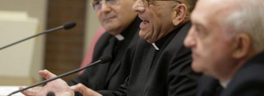 el obispo Juan José Omella presenta el documento Iglesia, servidora de los pobres, obispos españoles contra la crisis 27 abril 2015