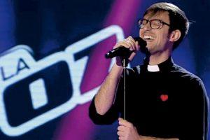 padre Damián actuando en el programa La Voz de Telecinco