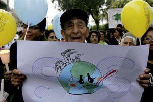 hombre sostiene un cartel manifestación para proteger la tierra