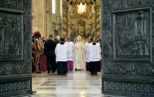 papa Francisco deja atrás la Puerta Santa el día que entrega bula por la que convoca el Año Santo Extraordinario de la Misericordia 11 abril 2015