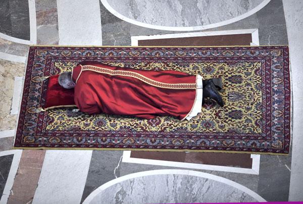 Viernes Santo 2015 papa Francisco en el suelo en oración