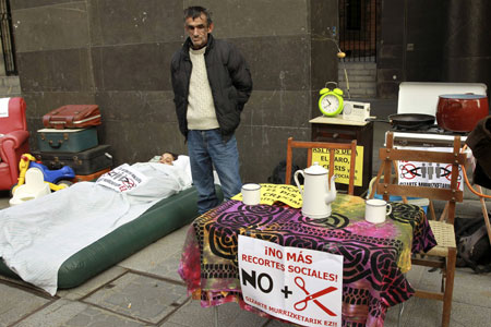 personas protestan en la calle contra la crisis y la falta de vivienda recortes sociales