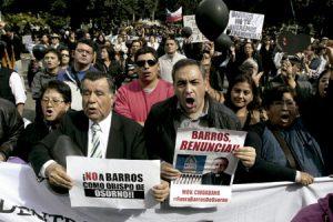 protestas con globos negros para mostrar su rechazo al nombramiento de Juan Barros como obispo de Osorno