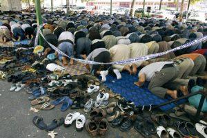 Fieles musulmanes rezan en un centro en Lleida (Cataluña)