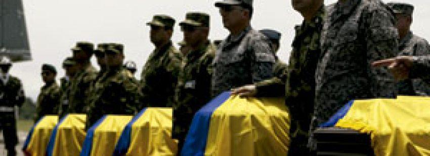 soldados colombianos junto a los ataúdes de los 11 militares asesinados por las FARC abril 2015