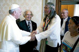 papa Francisco recibe a Adolfo Pérez Esquivel y a los líderes indígenas Félix Díaz y Amanda Asijak junio 2013