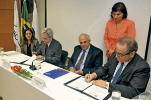 Leoncio Fernández, director de la Fundación SM, firma el acuerdo de convocatoria del Premio Óscar Arnulfo Romero