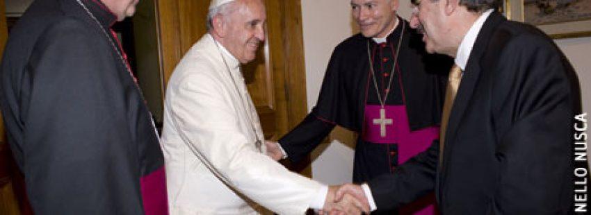 papa Francisco recibe el Nuevo Testamento BIA del CELAM y PPC, con Carlos Aguiar, Santiago Silva Retamales y Aurelio Matos 6 mayo 2015