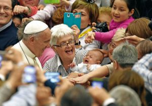 Papa Francisco con mujeres
