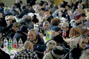 comedor social abarrotado de gente pobre