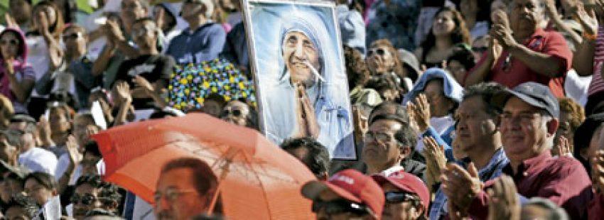 grupo personas con un cuadro en el que aparece Teresa de Calcuta