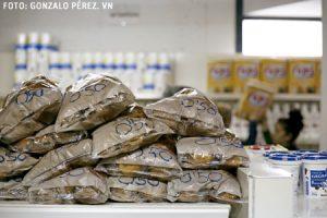 alimentos en el economato puesto en marcha por la parroquia Beata María Ana Mogas, en Madrid