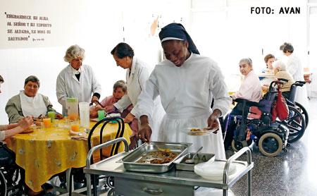 Una religiosa y dos voluntarias atienden un comedor social en Valencia