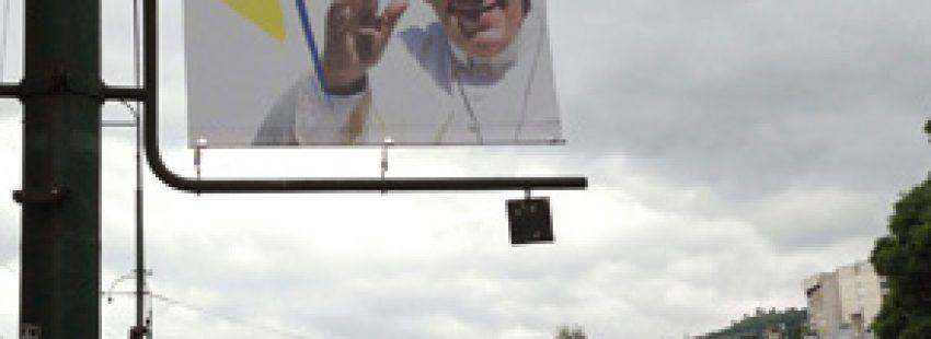 cartel papa Francisco anunciando el próximo viaje a Sarajevo 6 junio 2015