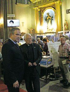 El padre Ángel con el socialista Carmona  en la la misa homenaje a Zerolo