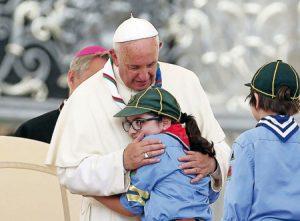Francisco abraza a una niña  en un reciente encuentro con  el movimiento scout