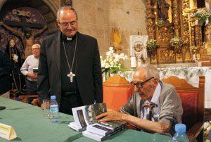 El obispo Francisco Cerro durante la presentación de la 'fala'