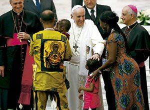 papa Francisco con una familia africana en el Vaticano