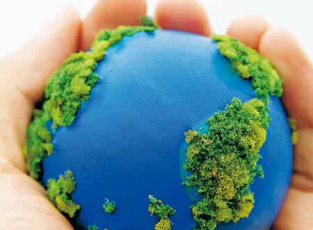 imagen de una representación del planeta Tierra en manos de una persona