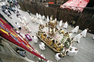 Procesión por las calles de  Lugo el día de la ofrenda