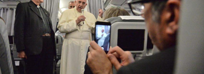 rueda de prensa el papa Francisco en el avión de vuelta del viaje de Sarajevo a Roma 6 junio 2015