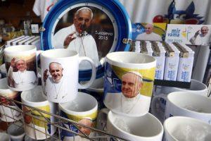 merchandising tazas platos mecheros conmemorativos del viaje del papa Francisco a Sarajevo
