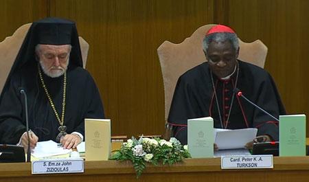 El cardenal Peter Turkson junto a John Zizioulas