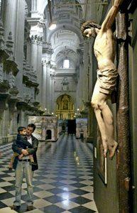 familia de visita en el interior de la catedral de Jaén