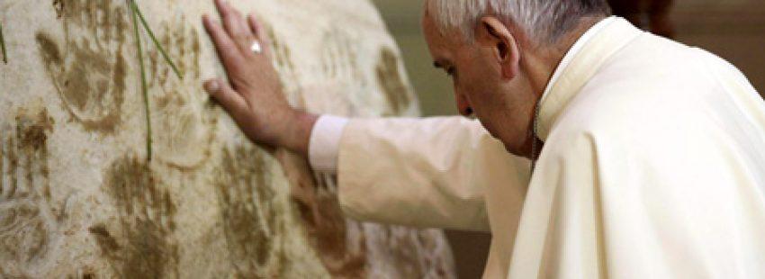 papa Francisco reza ante la estatua de la Virgen de Caacupé en el Santuario de Paraguay 11 julio 2015