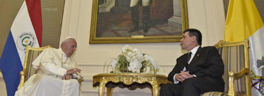 papa Francisco con Horacio Cartes, presidente de Paraguay, en el Palacio Presidencial 10 julio 2015