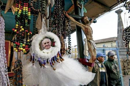 rosarios y atrapasueños con la imagen del papa Francisco en un mercadillo en América Latina previo al viaje de julio 2015