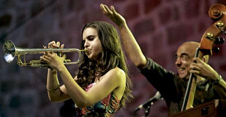 La cantante y trompetista Andrea Motis y Joan Chamoroo en el 50 Festival de Jazz de San Sebastián 2015