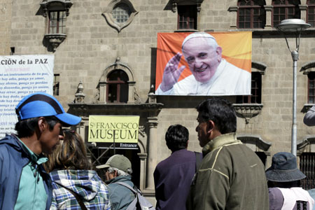 cartel con la imagen del papa Francisco en un edificio en Bolivia, en los días previos al viaje del Papa a Ecuador, Bolivia y Paraguay 5-13 julio 2015