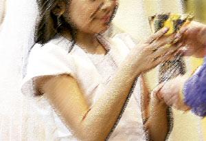 niña tomando la comunión