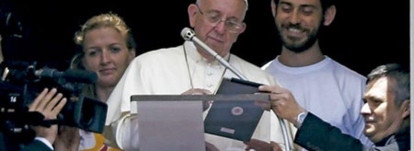 papa Francisco con un iPad se inscribe en la JMJ Cracovia 2016