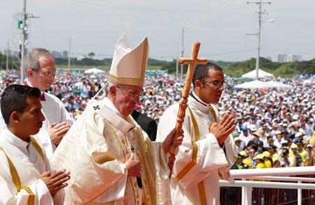 Francisco durante la procesión de entrada en la misa en Guayaquil (Ecuador)