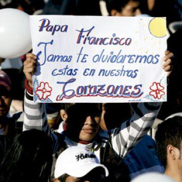 joven con un cartel espera la visita del Papa en la cárcel de Palmasola, viaje de Francisco a Ecuador, Bolivia y Paraguay, julio 2015