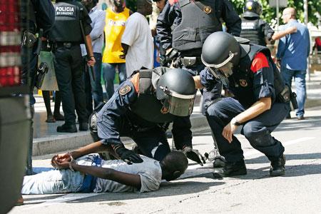 Los 'mossos' detienen a un manifestante en Salou