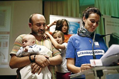 Una familia trabajadora participa en una de las celebraciones de la asamblea