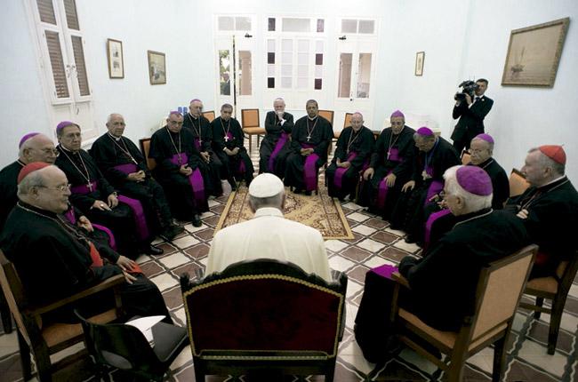 papa francisco con los obispos de Cuba en el Seminario San Basilio Magno de Santiago de Cuba 21 septiembre 2015