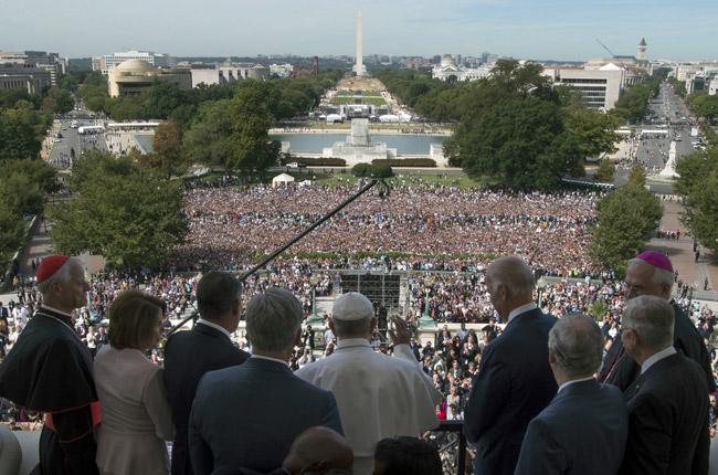 papa Francisco saluda desde el balcón del Capitolio sede del Congreso de Estados Unidos 24 septiembre 2015